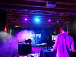 Sebastian Gruber auf der Bühne mit seinem DJ-Equipment.