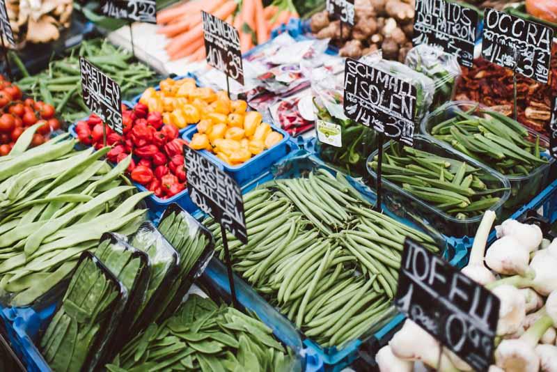 Marktstand mit viel Gemüse.