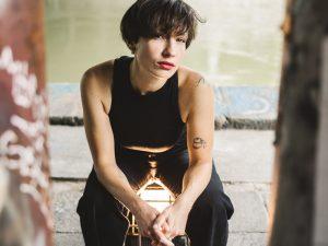 Sigrid Horn sitzend auf einem Scheinwerfer.