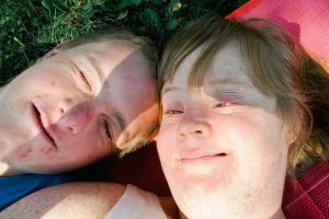 Hanna und Matthias liegen im Gras nebeneinander.