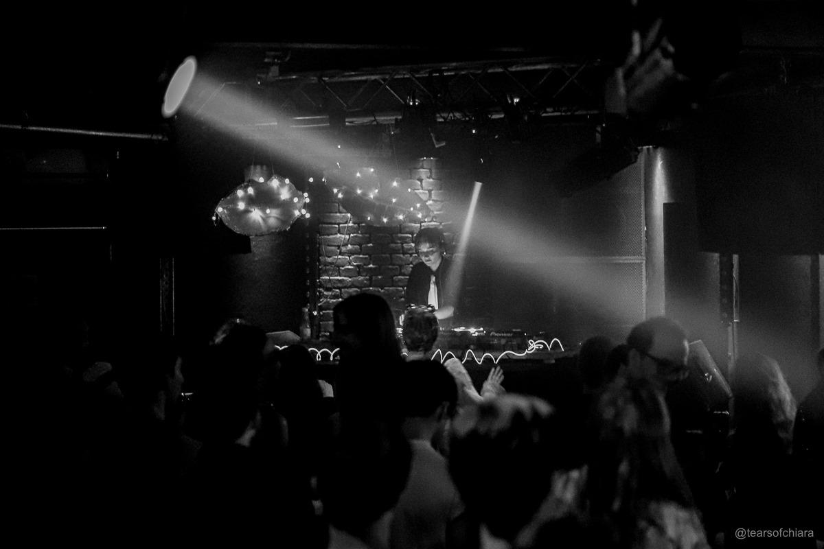 Ein voller Clubkeller mit Blick auf die Bühne.