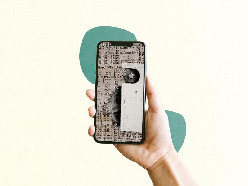Collage: Smartphone in Hand, darin Zeitungen und ein Zahnrad